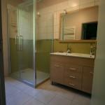 salle d'eau équipée d'un lavo double et d'une douche